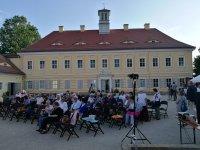 Publikum vor dem Jagdschloss Graupa