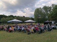 Publikum im Schlosspark Graupa